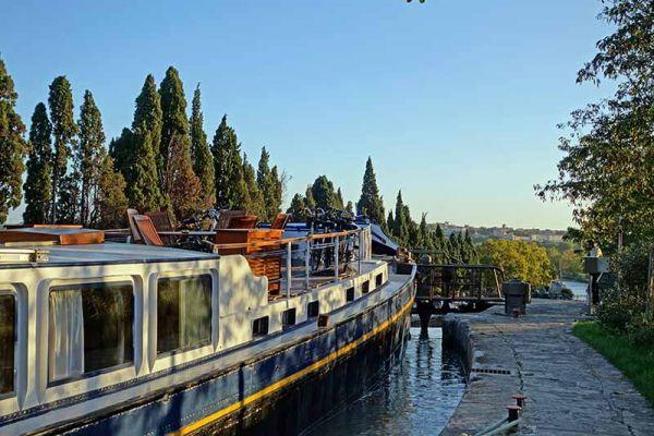 Luxury barge cruise Anjodi approaching a lock
