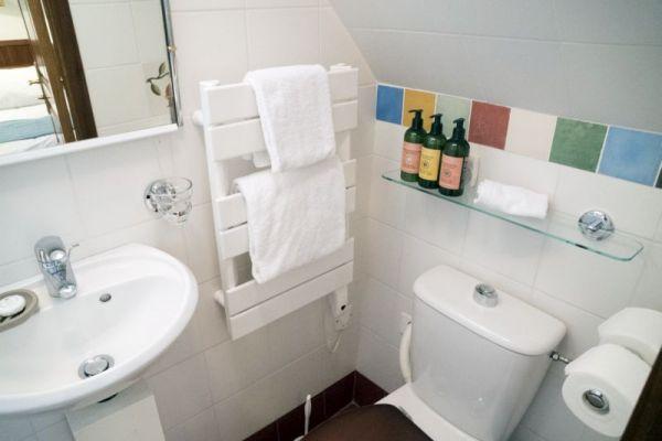 Luxury barge cruise Anjodi en-suite bathroom