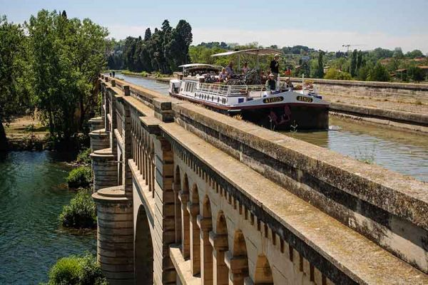 luxury hotel barge, Athos crossing an aqueduct