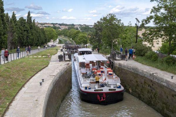 Luxury hotel barge, Athos navigating a lock