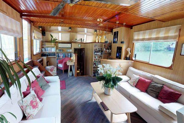 Luxury hotel barge, Rosa saloon
