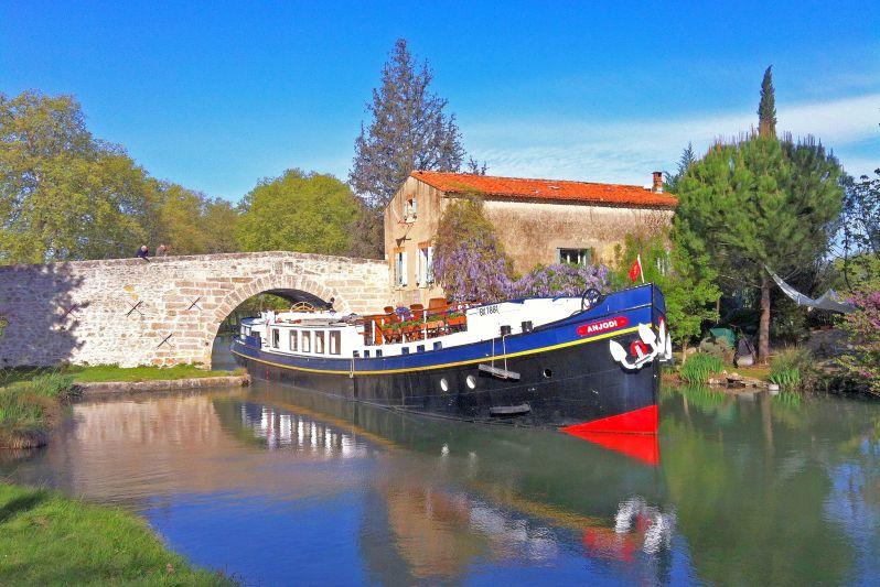 Luxury barge cruise Anjodi on the Canal du Midi
