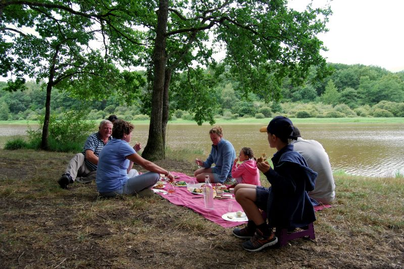 Why a Hotel Barge Cruise is Fun for the Whole Family -Family Picnic