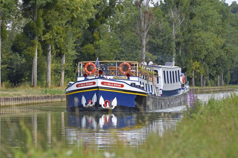 La Belle Epoque cruising on the Canal de Bourgogne