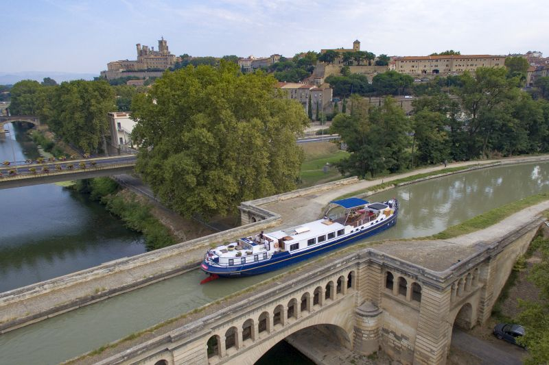 Anjodi cruises across the Beziers aqueduct on a Canal du Midi Holiday