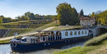 The Renaissance barge with the seven locks of «Rogny les 7 écluses» in the background