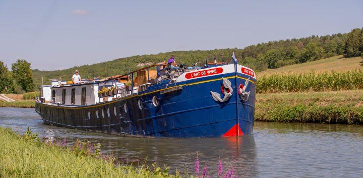 L'Art de Vivre motoring between Ravereau lock and Le Saussois