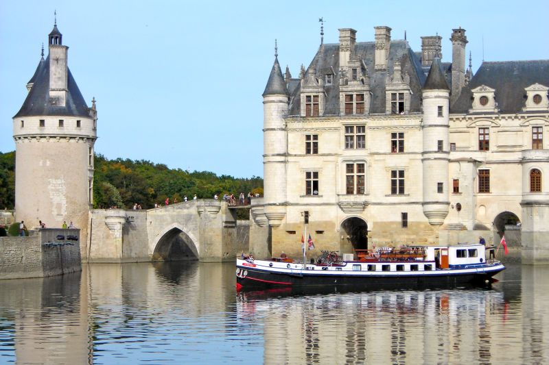 Luxury hotel barge, Nymphea - Cruising next to Chenonceau