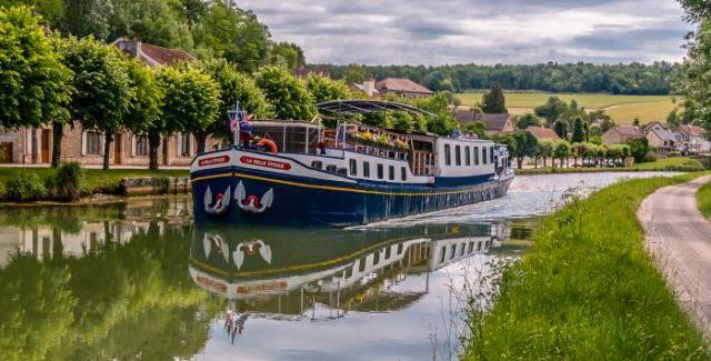 La Belle Epoque cruising in Burgundy