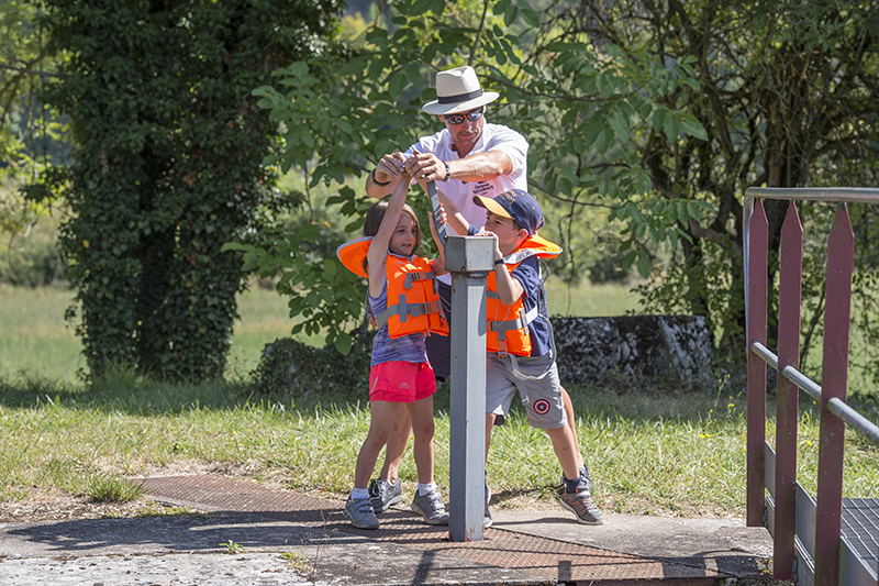 Children learning how canal lock work