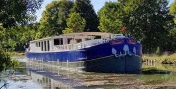 Luxury barge cruise Finesse as she cruises Southern Burgundy